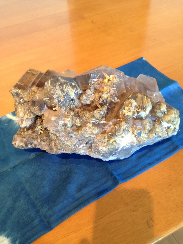 スモーキークオーツインゴールドタイチンルチル原石