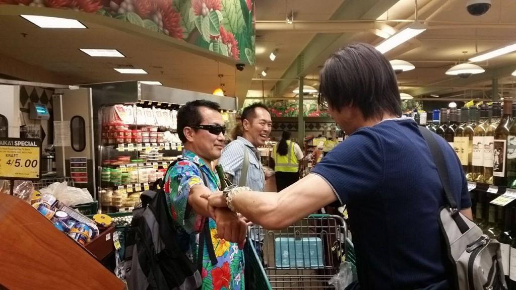 キネシオロジーでワインを選んでいるところ@ハワイ島のスーパーマーケット